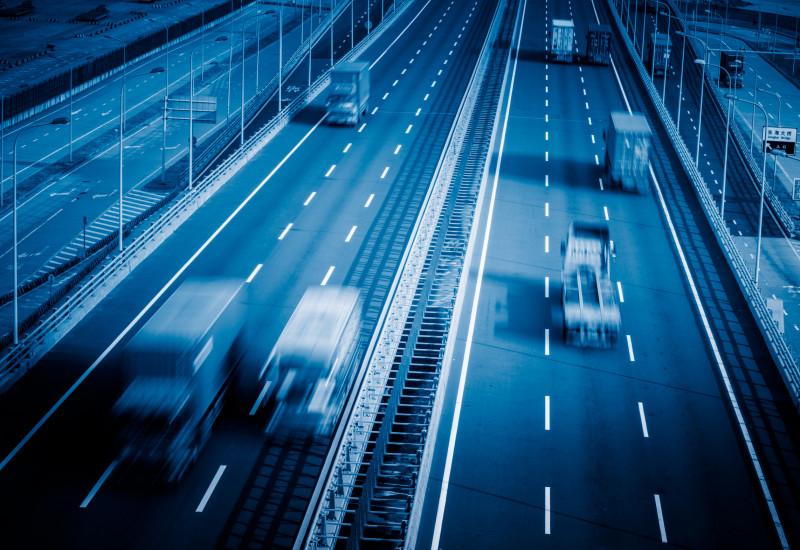 Lkws auf einer Autobahn