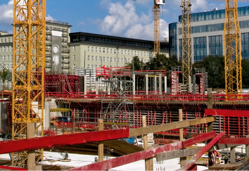 Baustelle mit Baukränen in der Innenstadt