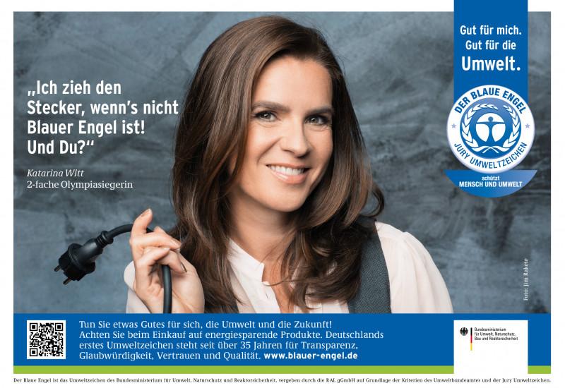 """Katarina Witt mit einem Stromkabel mit Stecker und Schriftzug """"Ich zieh den Stecker, wenn´s nicht Blauer Engel ist! Und Du? daneben das Logo """"Blauer Engel"""""""