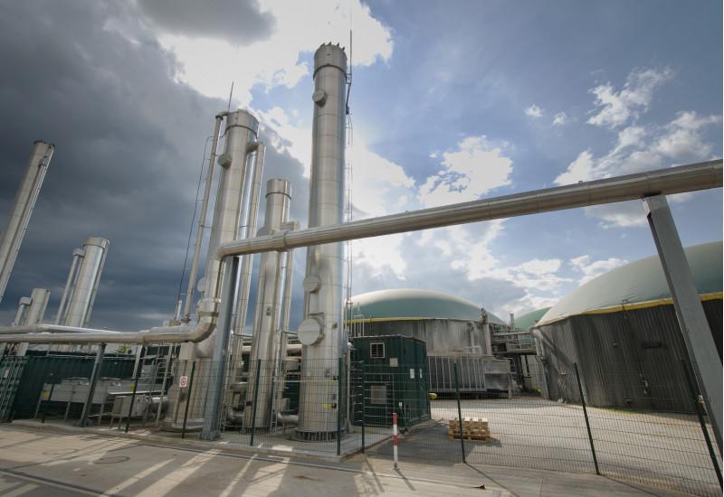Biogasanlage mit mehreren kuppelförmigen Bauten und Metallrohren außen