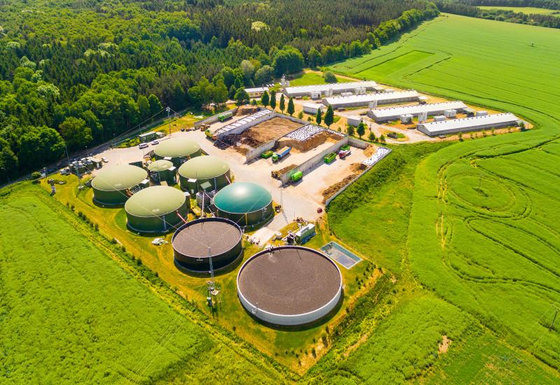 Gelände einer Biogasanlage mit mehreren Gebäuden