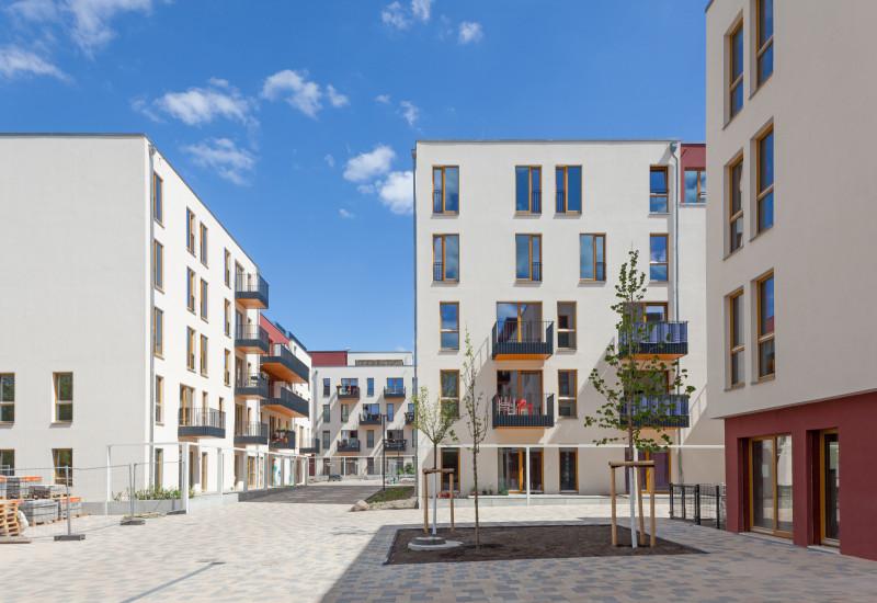 helles, freundliches Wohnquartier aus modernen 5-geschossigen Häusern mit Balkonen