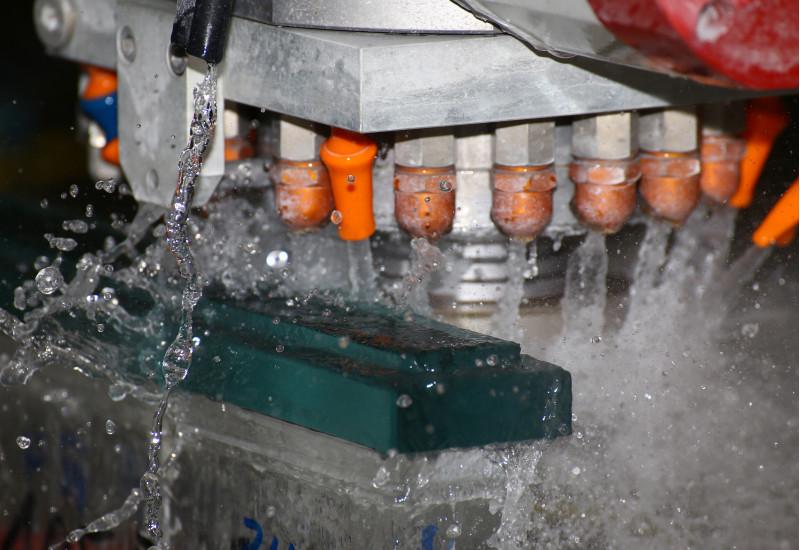 spritzendes Kühlwasser in einer Schleifmaschine
