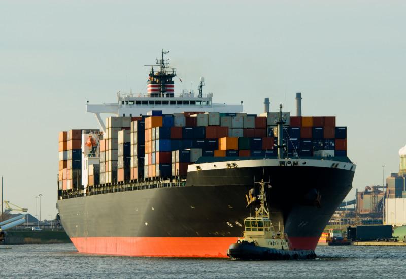 Containerschiff in einem Hafen