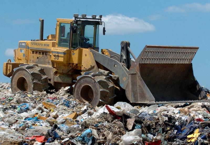 Schaufellader auf einer Mülldeponie