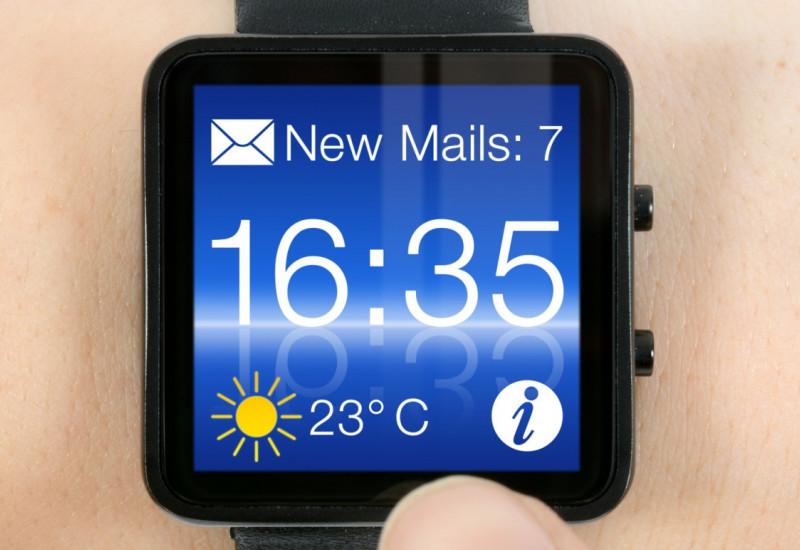 moderne digitale Armbanduhr, die gleichzeitig die Zahl der neuen Mails im Postfach und das Wetter anzeigt