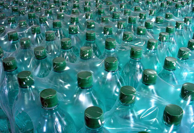 eine riesige Menge Plastikflaschen mit Mineralwasser, die wiederum zu mehreren in Plastikfolie eingeschweißt sind