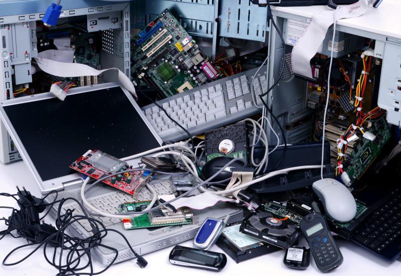 Elektronikschrott auf einem Haufen: alte Computer, Tastaturen, Handys und Kabel