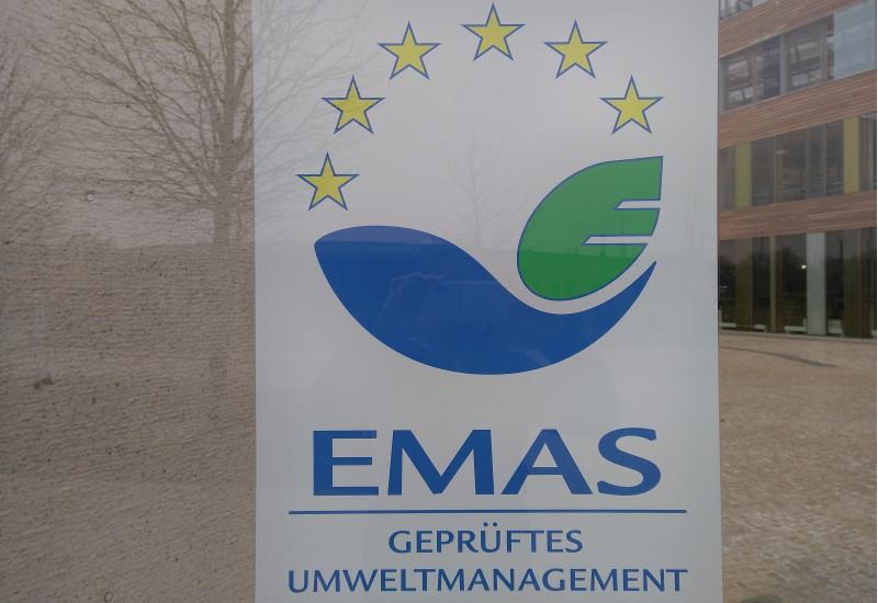 EMAS-Logo auf der Fassade des UBA Dessau-Roßlau