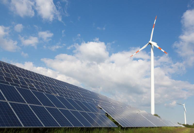 Windräder und Photovoltaik-Anlage