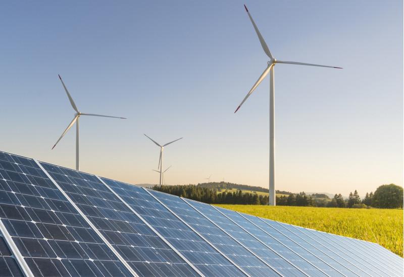 Landschaft mit Photovoltaik-Anlage, Windkrafträdern und Rapsfeld