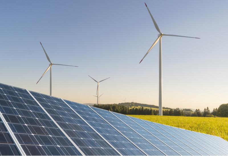 Freiflächenphotovoltaikanlage, Rapsfeld und Windenergieanlagen