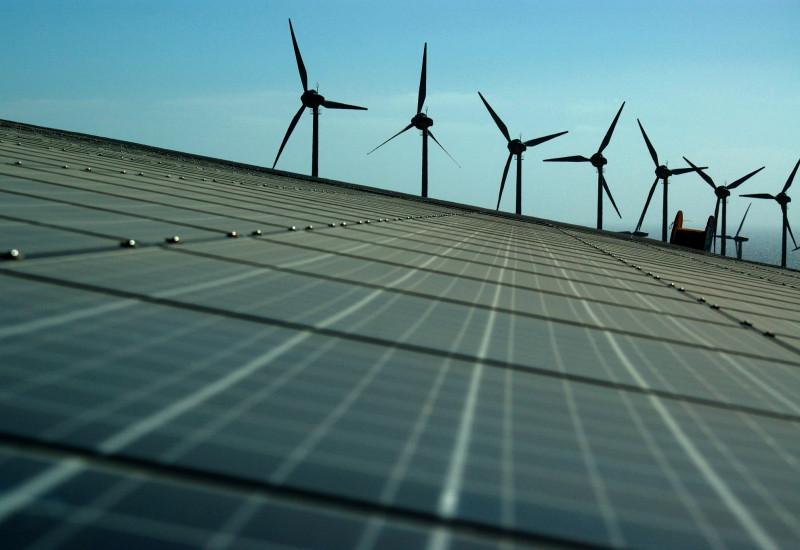 Solarzellen und Windräder