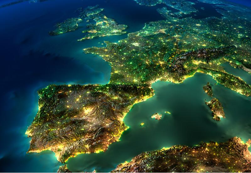 von oben ist der europäische Kontinent und Nordafrika bei Nacht zu sehen, Küsten und Städte sind hell erleuchtet
