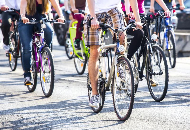 Radfahrerinnen und Radfahrer auf einer Straße
