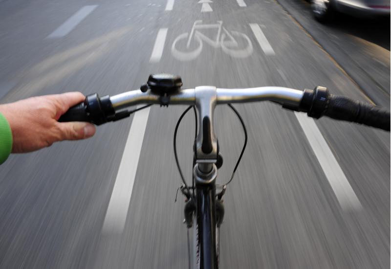 Fahrradfahren auf einem Radstreifen auf einer Straße aus Sicht eines Radfahrers fotografiert