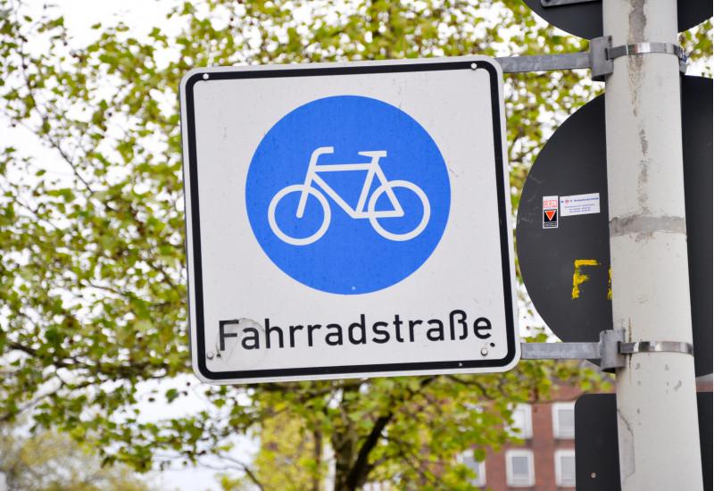 """Verkehrsschild """"Fahrradstraße"""" mit einem Piktogramm eines Fahrrads"""