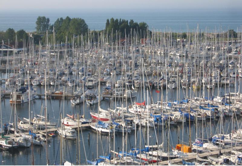 Hafen am Meer mit vielen kleinen Segel- und Motorbooten