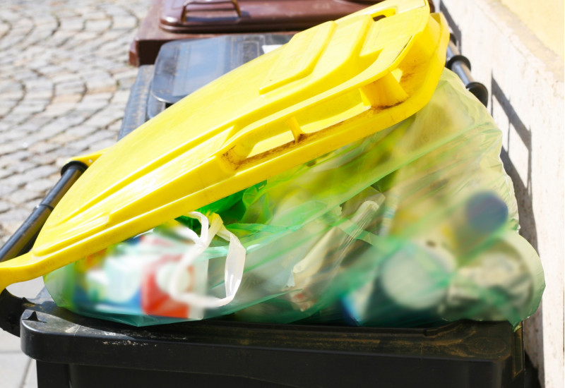 gelbe Tonne mit Verpackungsmüll