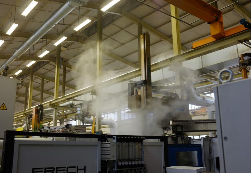dampfende Maschinen in einer Werkshalle