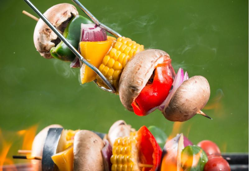 Gemüsespieße mit Champignon, Paprika, Zwiebel und Mais auf dem Grill