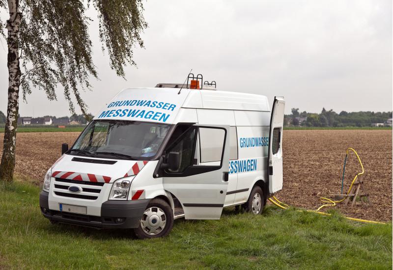 ein Grundwasser-Messwagen bei der Arbeit auf einem Acker