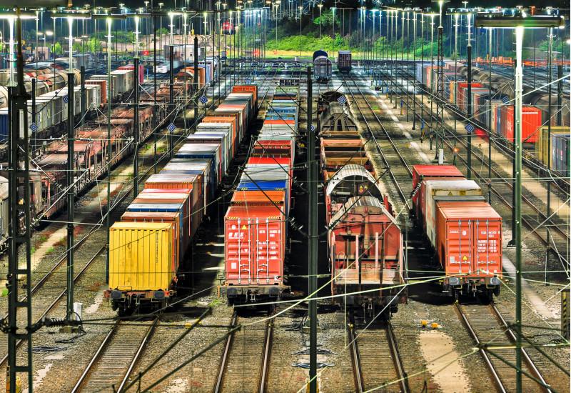 Rangierbahnhof mit vielen verschiedenfarbigen Güterzugwaggons