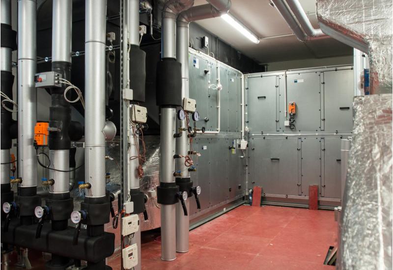 Technikraum mit Geräten und Rohren