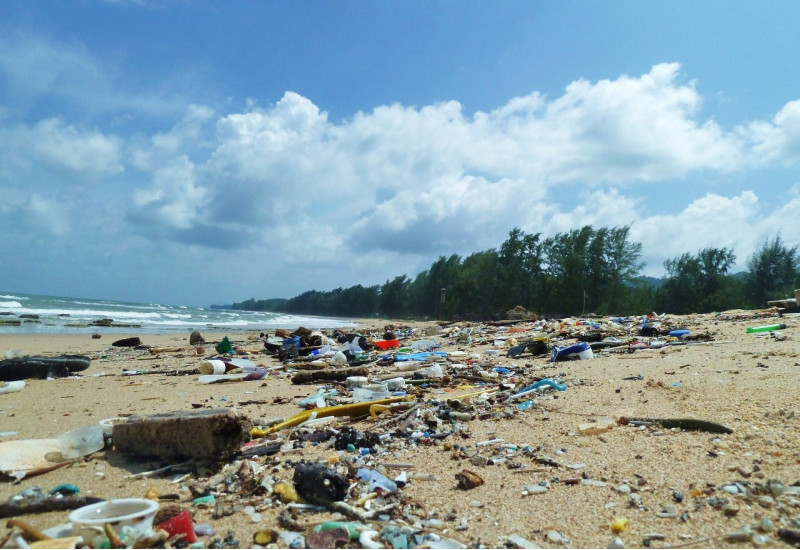 Meeresstrand mit Plastikmüll übersät
