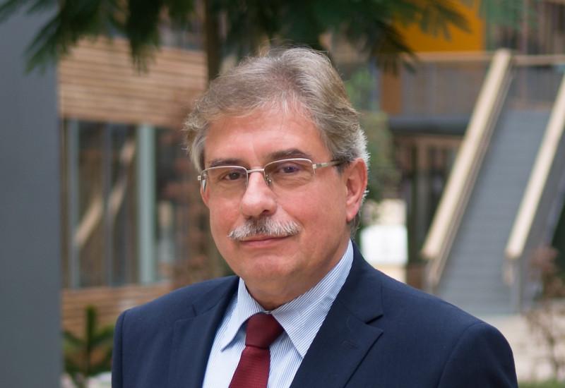 The Vice-President of the UBA Dr. Thomas Holzmann in the atrium of the UBA office building in Dessau-Roßlau