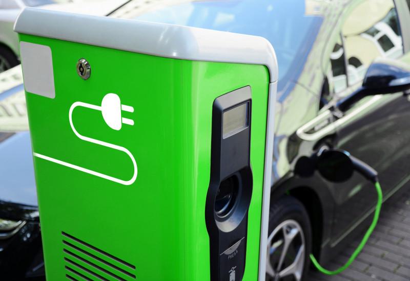Hybrid-Pkw an einer Stromladesäule