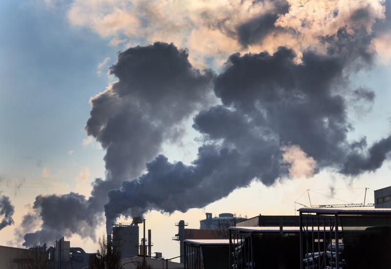Industrieanlage mit rauchenden Schornsteinen