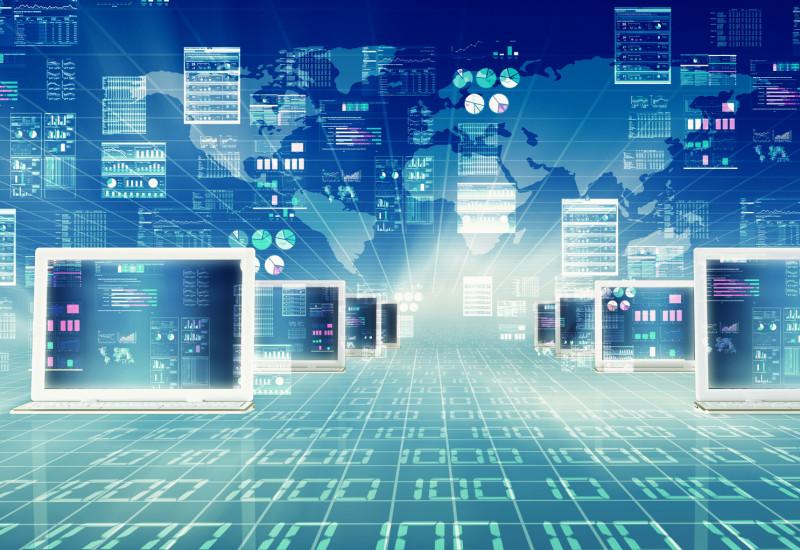 Symbolbild Digitalisierung: Miteinander vernetzte Laptops und Nullen und Einsen