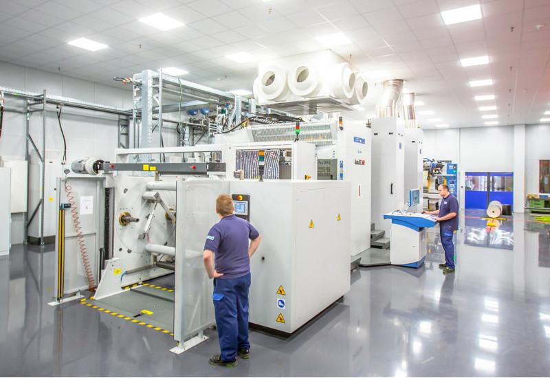 Große Maschine in einer Werkshalle