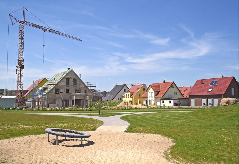 """Neubaugebiet mit Einfamilienhäusern """"auf der grünen Wiese"""""""