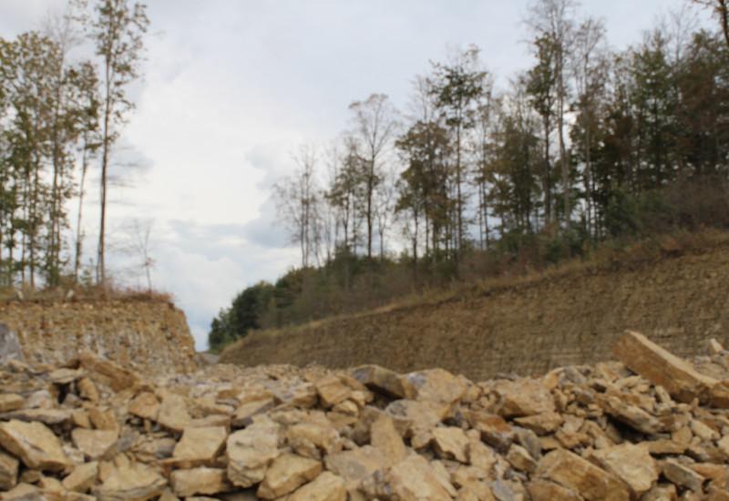 Abgebrochenes Gestein in einem Steinbruch