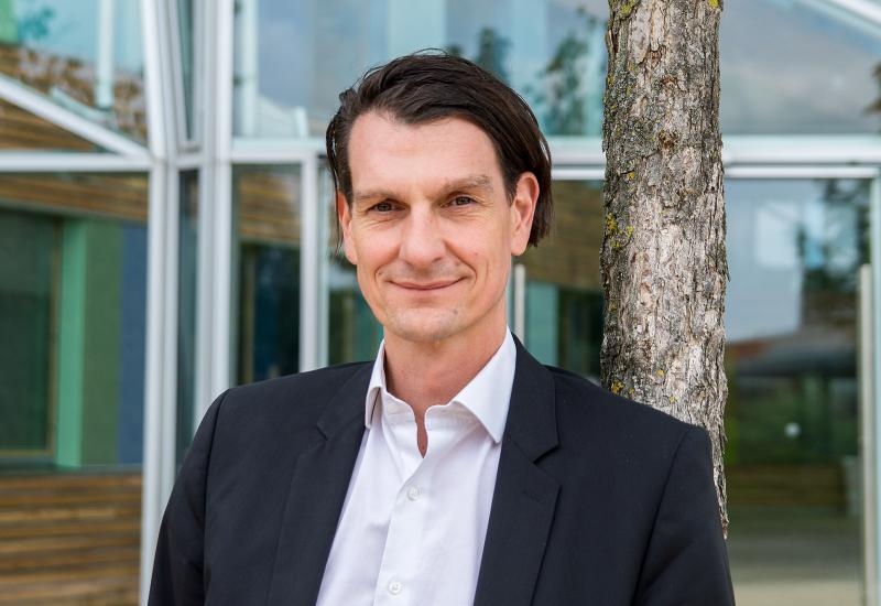 Dr. Karsten Krause vor dem Dienstgebäude des UBA in Dessau-Roßlau