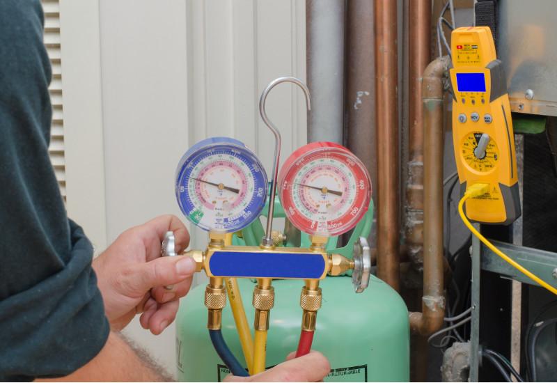Arbeiten an einer Klimaanlage mit Messinstrumenten