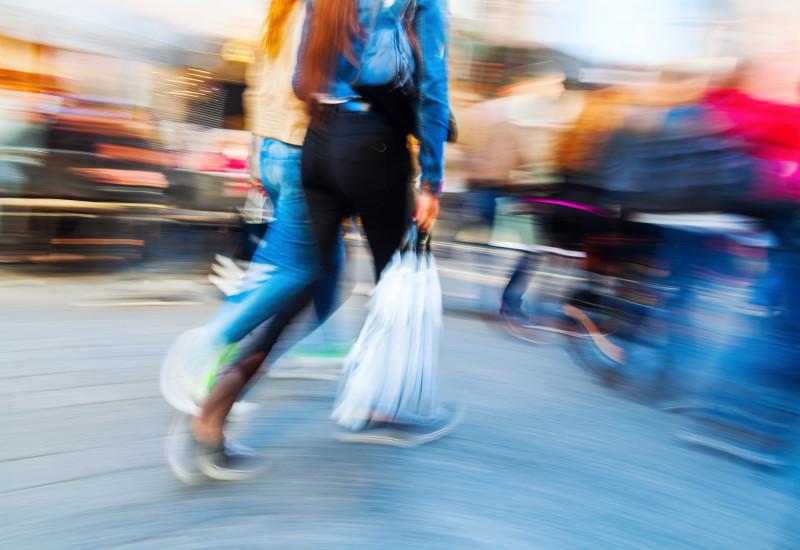 Menschen mit Einkaufstaschen