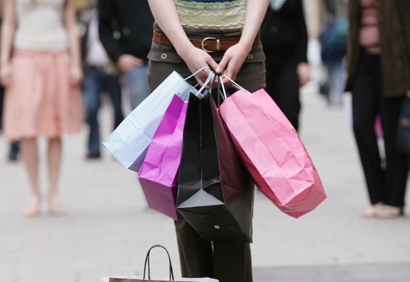"""Frau beim """"Shopping"""" mit 5 Taschen"""