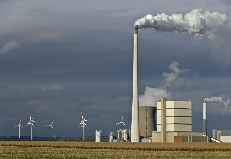 Windkraftanlagen und konventionelles Kraftwerk