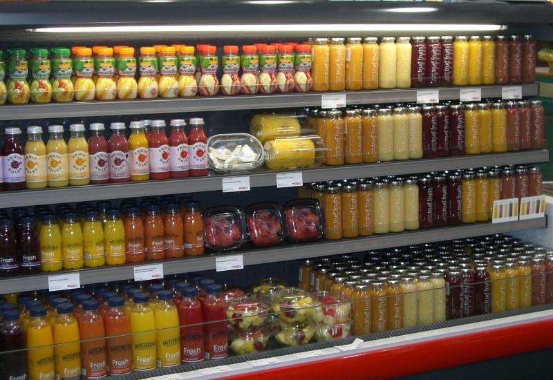 Kühlregal mit Säften und Obstsalaten