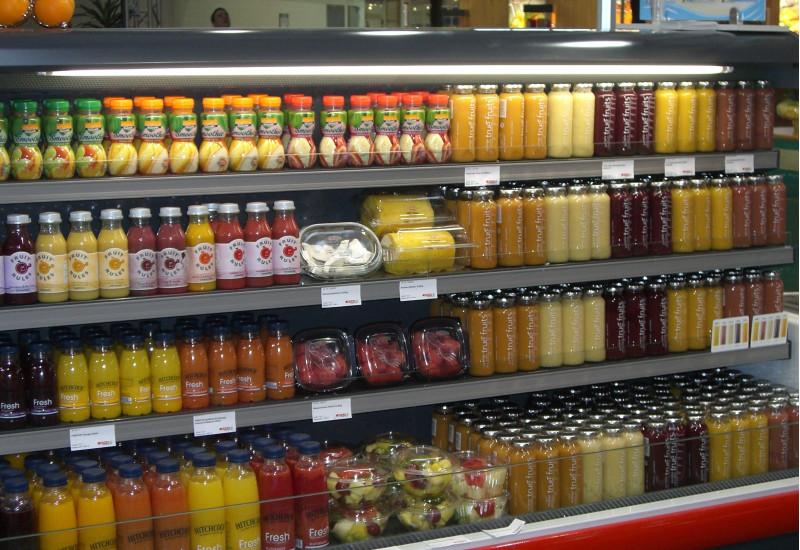 Kühltheke mit Getränken und Obstsalaten
