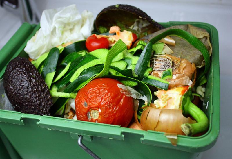 Gemüseabfälle in einem Bioabfall-Eimer