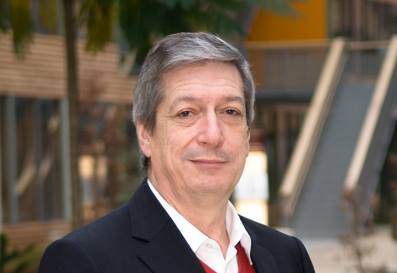 Dr. Harry Lehmann in the atrium of the UBA office building Dessau-Roßlau