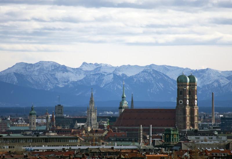 Münchner Innenstadt, im Hintergrund die schneebedeckten Berge der Alpen