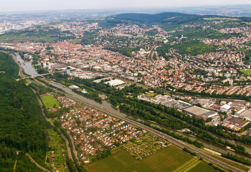 Luftbild einer Stadt mit einem Fluss.