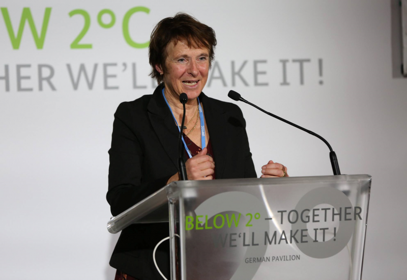 Maria Krautzberger spricht an einem Rednerpult. Auf diesem steht: Below 2°C - Together we´ll make it! German Pavillon