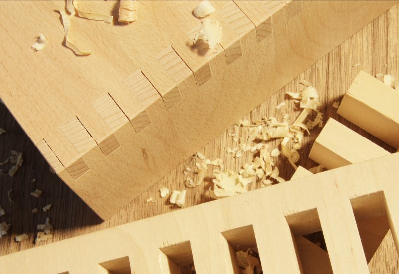 zugeschnittene Holzteile und Sägespäne