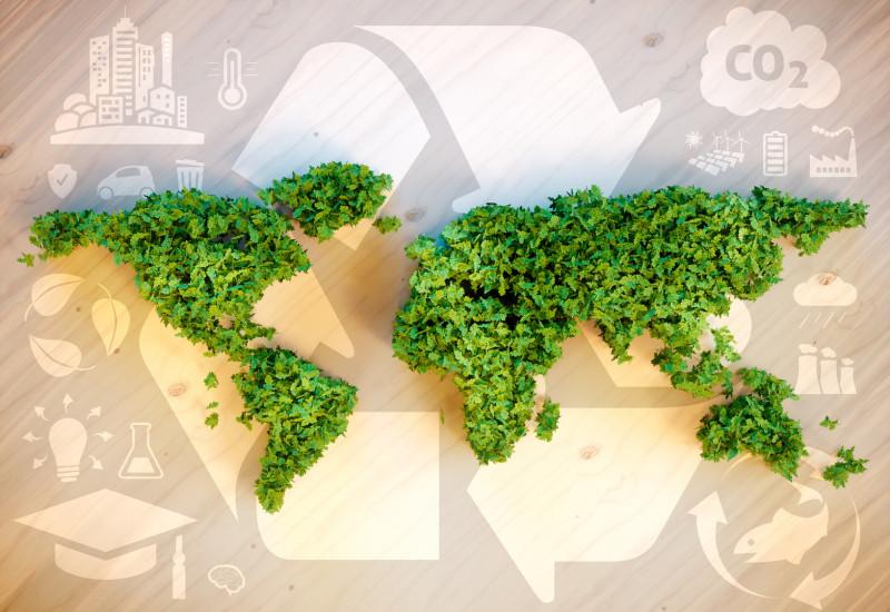 Weltkarte aus grünen Blättern nachgebildet, darum sind Symbole für Nachhaltigkeit gruppiert wie das Recycling-Symbol und erneuerbare Energien